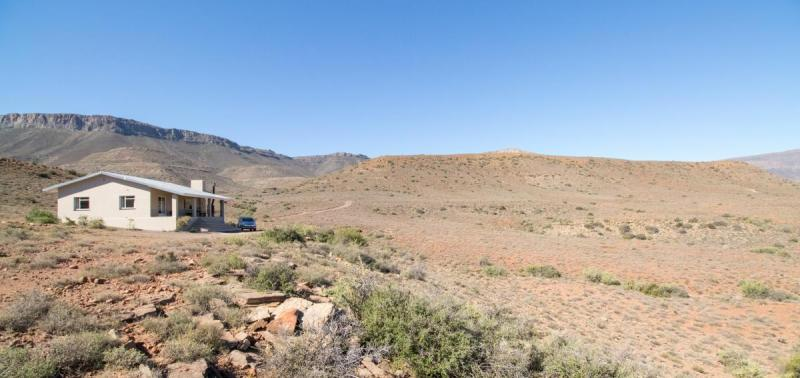 The spectacular scenery surrounding Embizweni Cottage, Karoo National Park